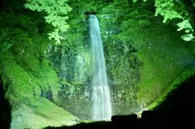ライトアップされた夜の玉簾の滝